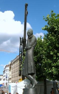 Heinrich Heine vor dem Hamburger Rathaus