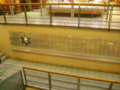 Gedenkstein für den ehemaligen jüdischen Fríedhof unter dem Kaufhaus Mercardo