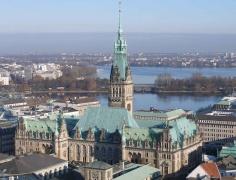 Das Hamburger Rathaus liegt in der Altstadt