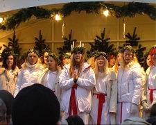 Koenigin Lucia auf dem Weihnachtsmarkt in Stade